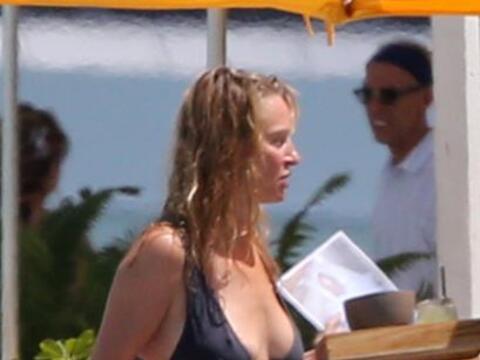 Mira más de Uma Thurman en bikini, disfrutando de Miami.