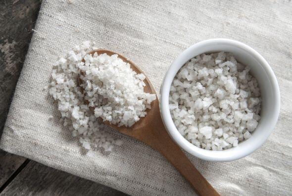 Sodio. En general, la sal atrae el agua, y produce hinchazón, fundamenta...
