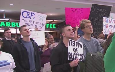Alrededor de 1,500 personas protestaron en el Aeropuerto George Bush con...