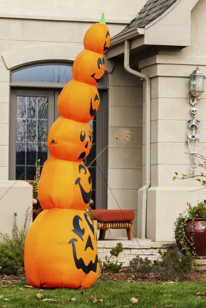 Un inflable. Otra opción creativa para decorar tu porche. Elige u...