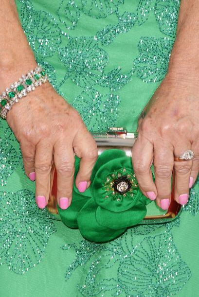 La actriz Helen Mirren prefirió combinar su vestido verde esmeral...