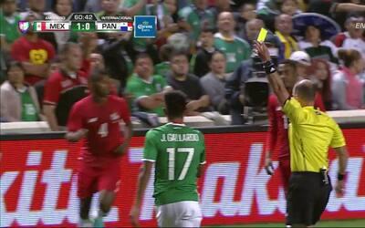 Tarjeta amarilla. El árbitro amonesta a Jesús Daniel Gallardo Vasconcelo...