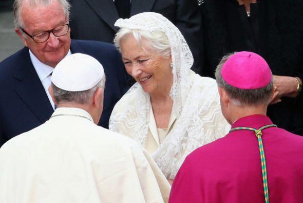 Los jefes de Estado, miembros de la realeza y comitivas se acercaron a s...
