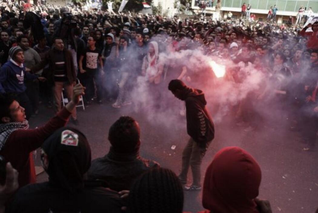 La policía lanzó gas lacrimógeno y balas de goma contra la multitud, mat...