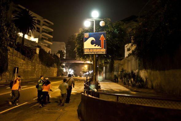 """La imagen muestra como huye la gente de la bahía """"Costa Verde"""" en Perú,..."""