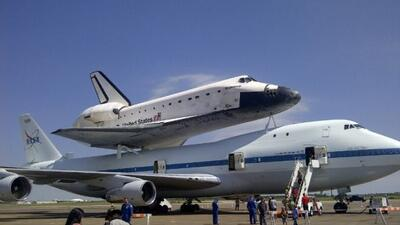 El transbordador espacial Endeavour sobrevoló Houston y luego aterrizó e...