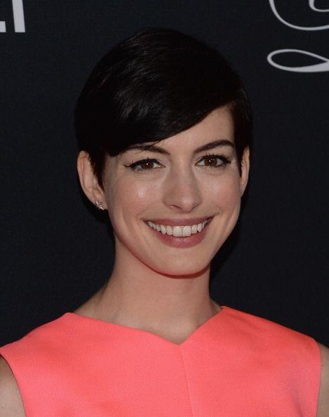 Otra que se unió a las melenas cortas fue Anne Hathaway, aunque s...