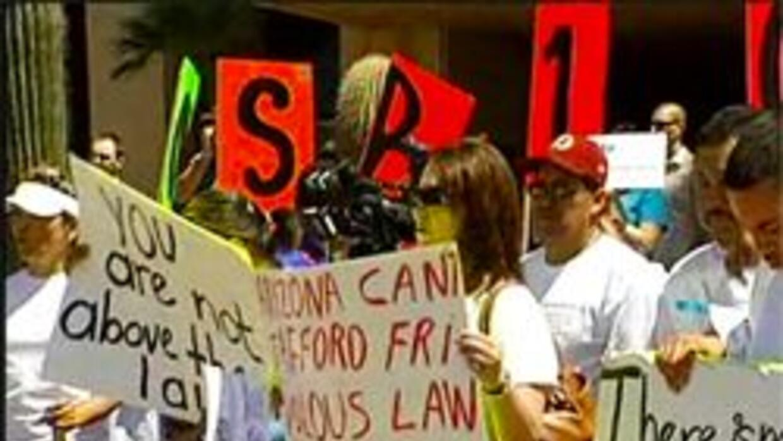 Manifestantes al frente de la oficina de la Gobernadora