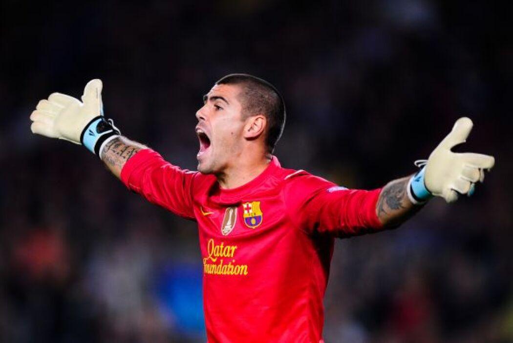 El arco es para el guardameta del Barcelona, Víctor Valdés.