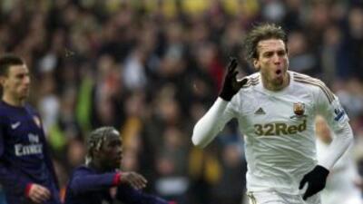 Michu sigue dando frutos para el Swansea y marcó el primer gol ante el A...