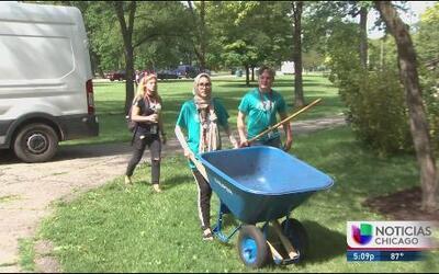 Jóvenes de todo el mundo realizan servicio comunitario en Humboldt Park