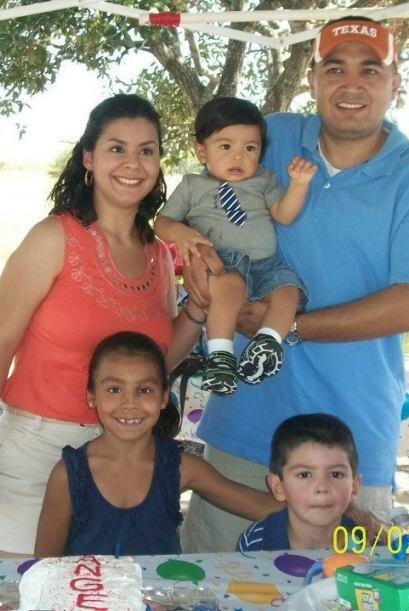 La familia Escobedo de Hutto: Oscar, Karina, Lyani, Eddie y Angel. Recue...
