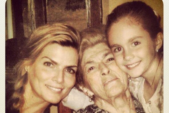 Aquí vemos a 3 generaciones de la familia de la conductora, la abuela (s...