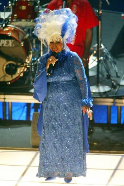 Nuestra querida Celia Cruz de nuevo se adueñó del escenario para cantar...