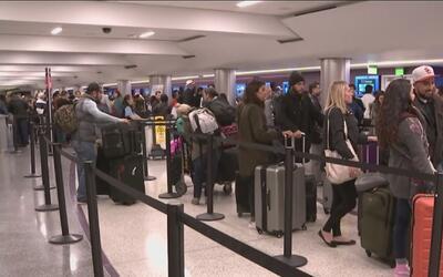 Largas filas, congestión y horas de espera para los viajeros en el aerop...