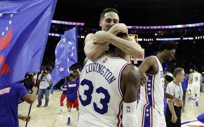 T.J. McConnell, de los 76ers de Filadelfia, abraza a su compañero...