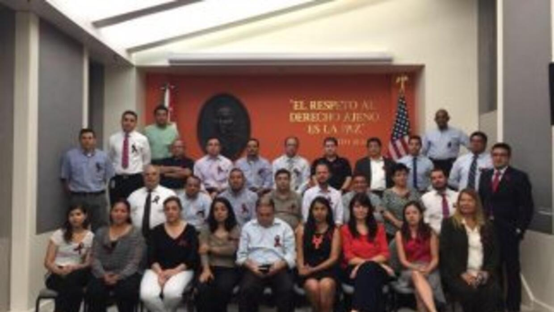 Trabajadores de uno de los consulados mexicanos en Estados Unidos durant...