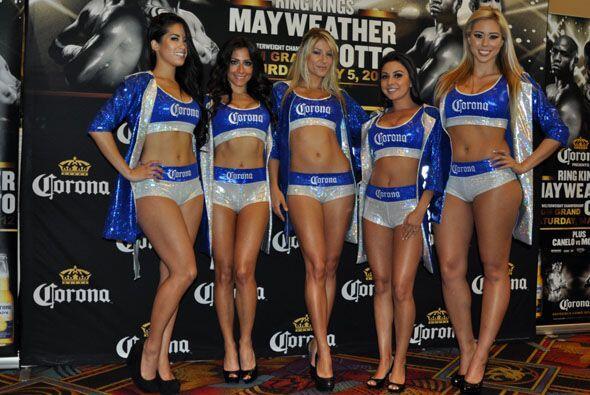 No faltaron las chicas de ring para darle un toque de belleza al evento.