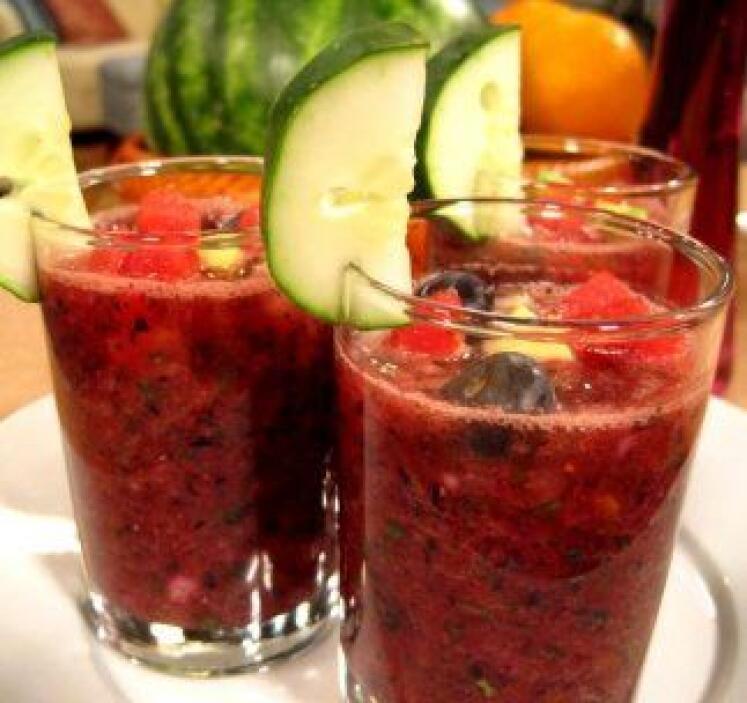 Gazpacho de Sandía y Arándanos: Este gazpacho tropical mezcla magistralm...