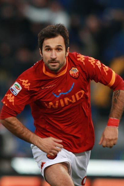 Mirko Vucinic también anotó para devolverle la victoria mo...