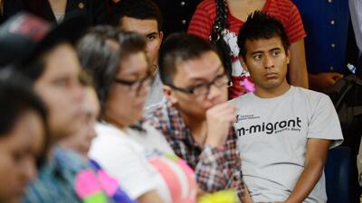 Un grupo de dreamers escucha una conferencia sobre su amparo migratorio...