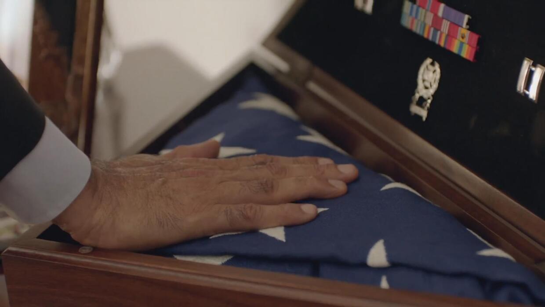Clinton presenta el conmovedor mensaje del padre del capitán Khan a Dona...