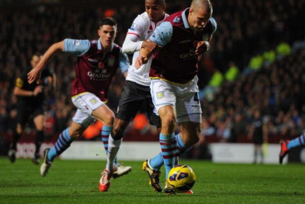 Aston Villa se lanzó en busca del gol del triunfo y tuvo buenas oportuni...