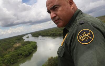 El agente Jose Perales mira al Río Grande que separa Estados Unidos y Mé...