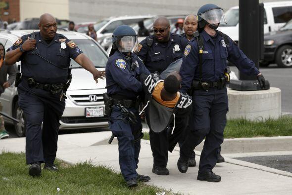 Pero el sábado la manifestación se volvió violenta y varias vidrieras y...