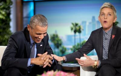 El presidente Barack Obama se ríe con Ellen DeGeneres durante una...