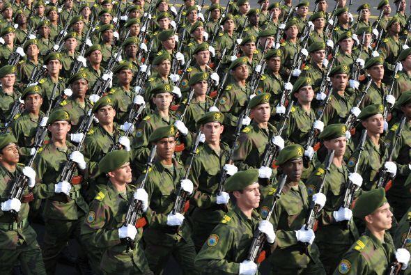 Al final pasó una apretada columna de cientos de miles de cubanos saluda...