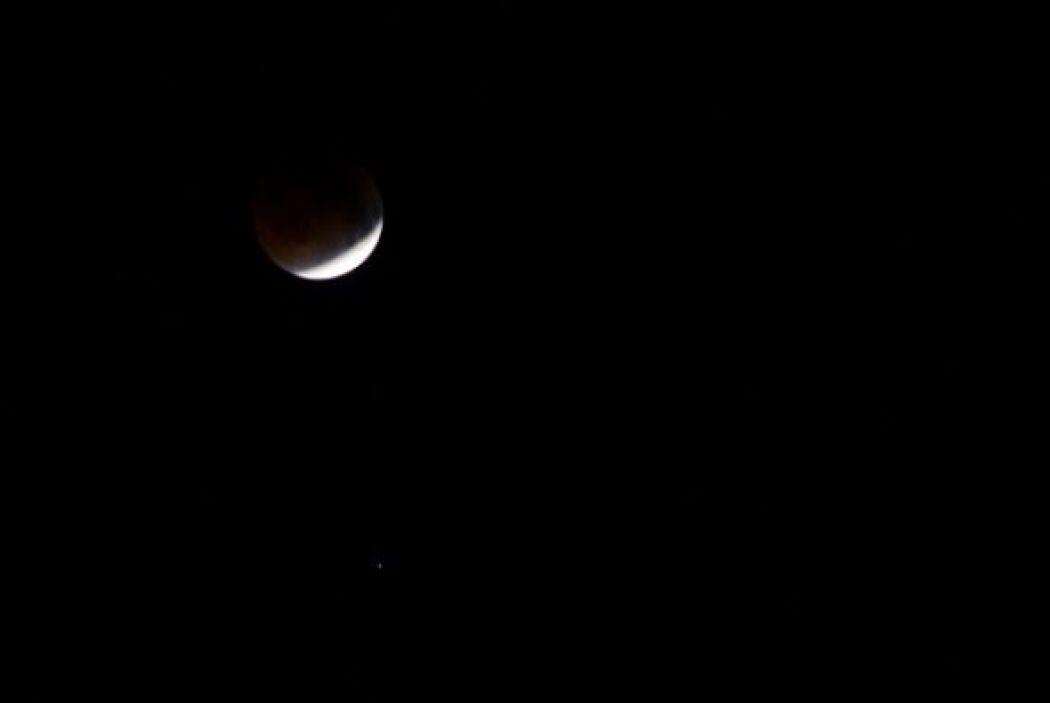 La luna se ve durante las primeras fases de un eclipse total de Luna de...