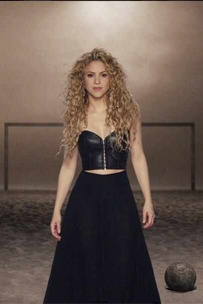 38. Shakira La sexy colombiana, ¡ya hasta aprendió futbol!...