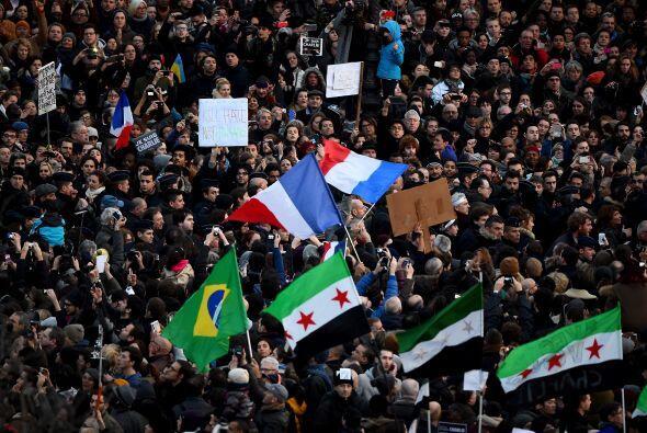 Manifestantes de otras nacionalidades mostraban banderas, en señal de la...