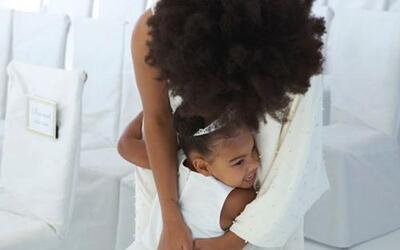 La tía Solange aprovechó para consentir a su adorada sobrina.