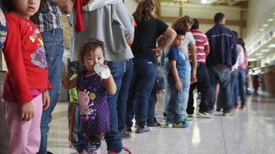 Familias de inmigrantes centroamericanos que pidieron asilo en la fronte...