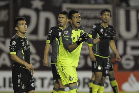 Oswaldo Sánchez no se cansó de dar indicaciones a su defen...