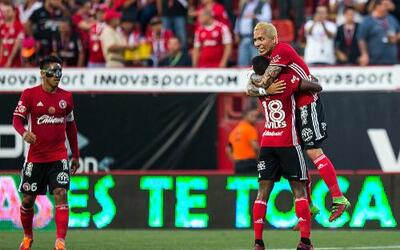 Xolos festeja uno de sus goles ante Guadalajara.