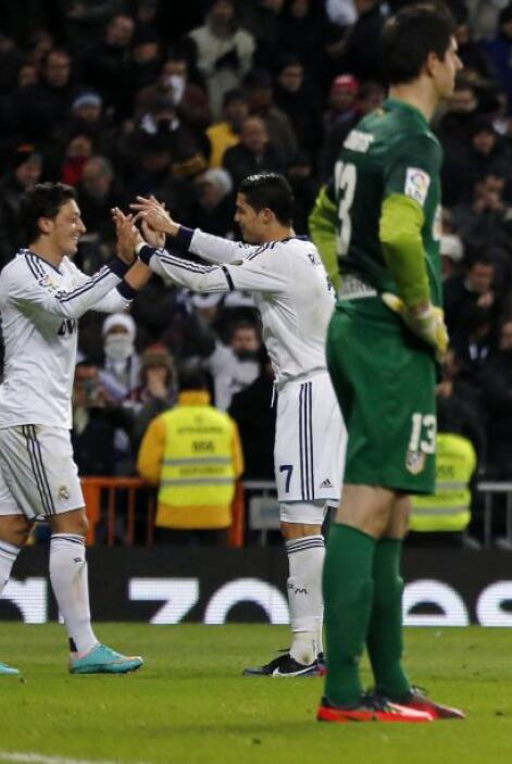 Con un gol de tiro libre y  asistencia para el tanto de Mesut Özil, Cris...
