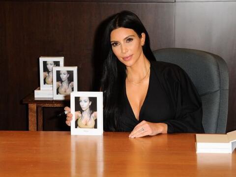 Kim se encuentra promoviendo su libro de selfies más candentes y...
