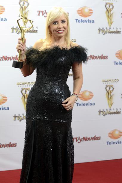 La productora Carla Estrada recibió la estatuilla por el programa HOY.