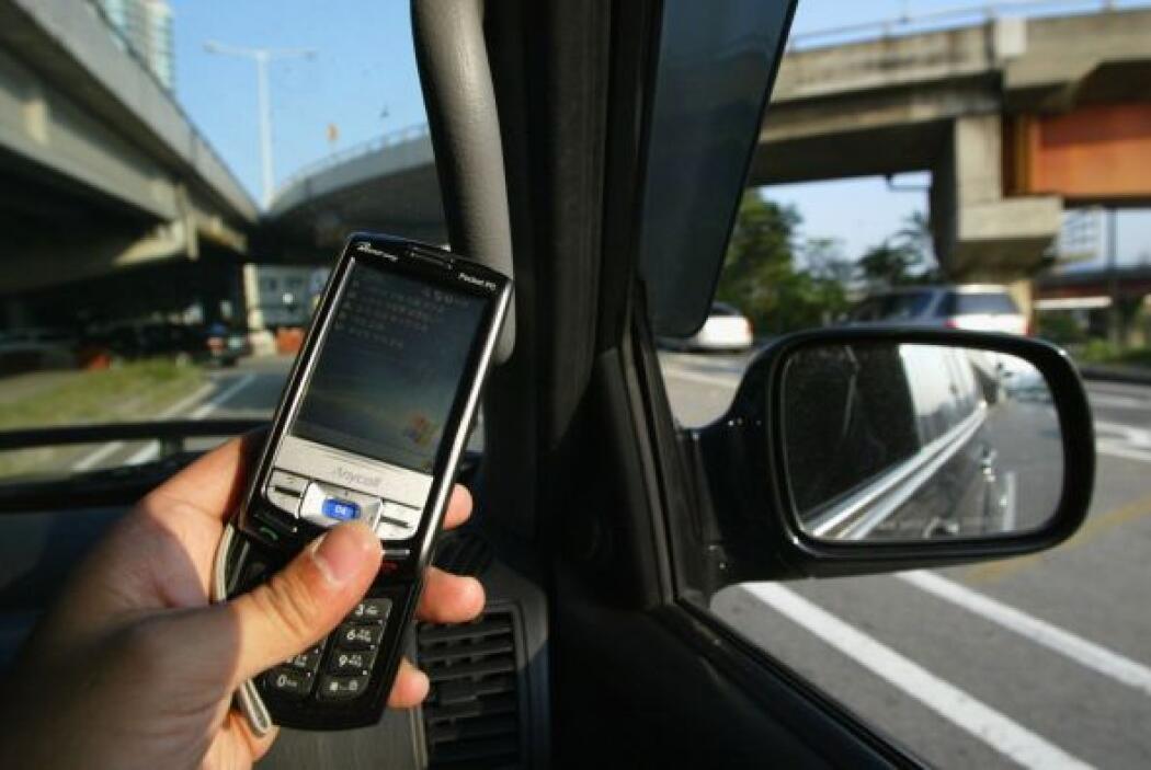 Prohibir a menores de 18 años el uso de dispositivos móviles al manejar...