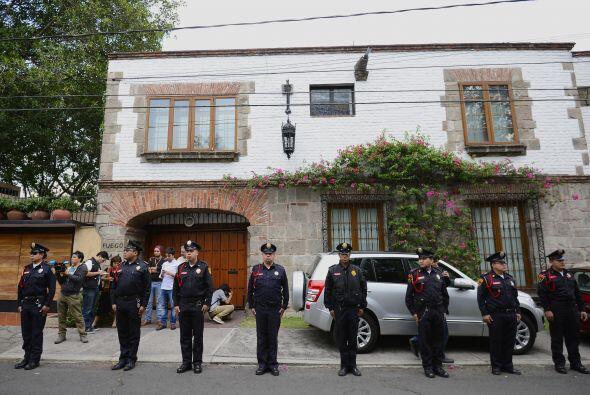 Policías resguardaban la casa del colombiano previo a que sus fam...