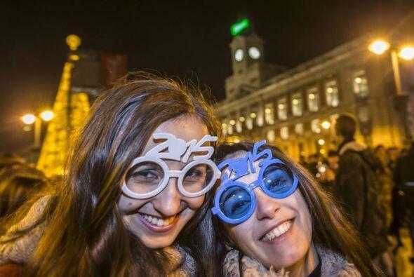 Miles de personas celebraron así el Año Nuevo en Madrid.
