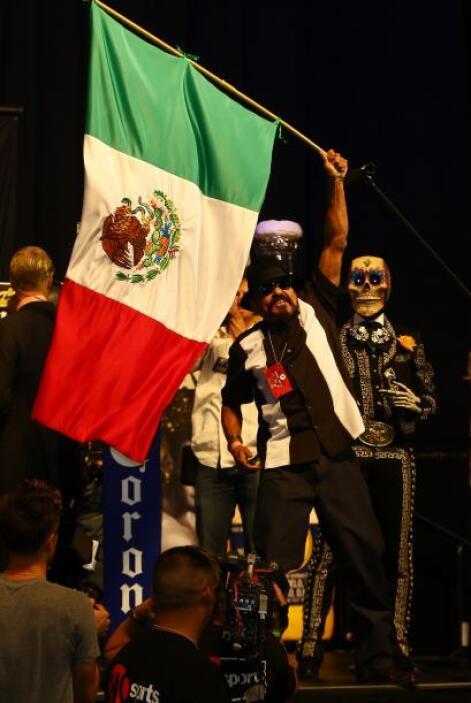 La bandera mexicano ondeó ante la salida de Daniel Ponce de León y Abner...