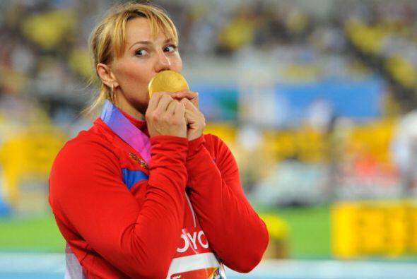 Abakumova disfrutó de la medalla de oro cuando subió al po...
