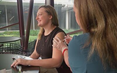 Empresa de transporte provee transporte a enfermera para vacunarse contr...