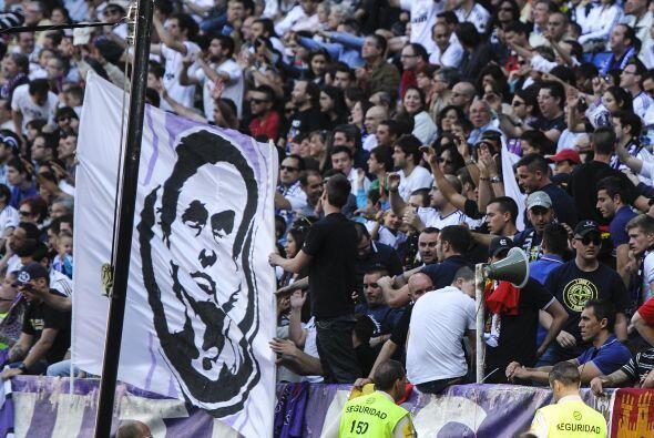 Los 'Ultra Sur'. fieles al técnico portugués desplegaron varias pancarta...