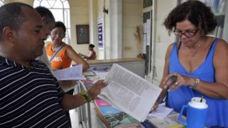Cubanos adquieren ejemplares de la Gaceta Oficial para informarse sobre...