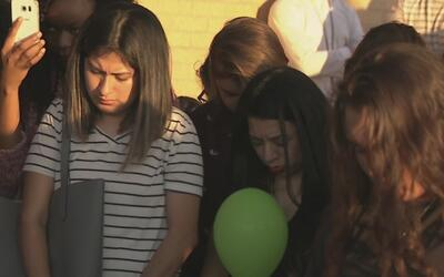 La comunidad se unió en una vigilia en memoria de la joven que fue balea...